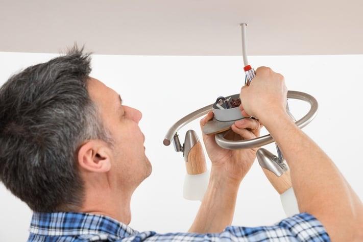 como colgar una lampara
