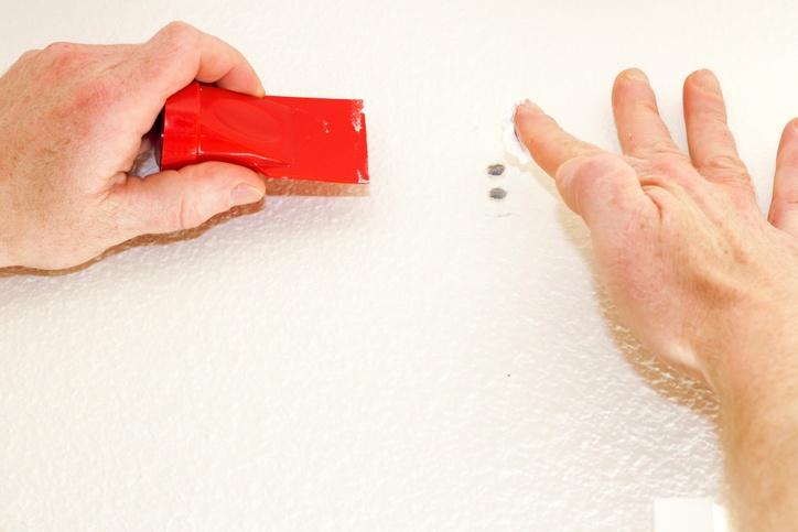 como tapar agujeros en la pared