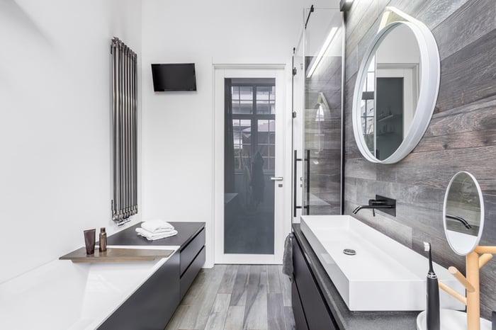 baño gris y blanco